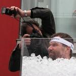 Wim Hof Methode: wim hof zit in een ijsbad