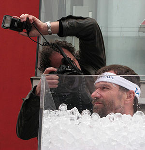 influence immune system: Wim Hof sitting in an icebath